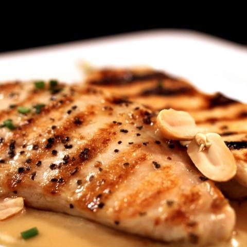 DESEO Tapas Bar - Gegrillte Hähnchenbrustfilets mit Erdnuss-Sauce