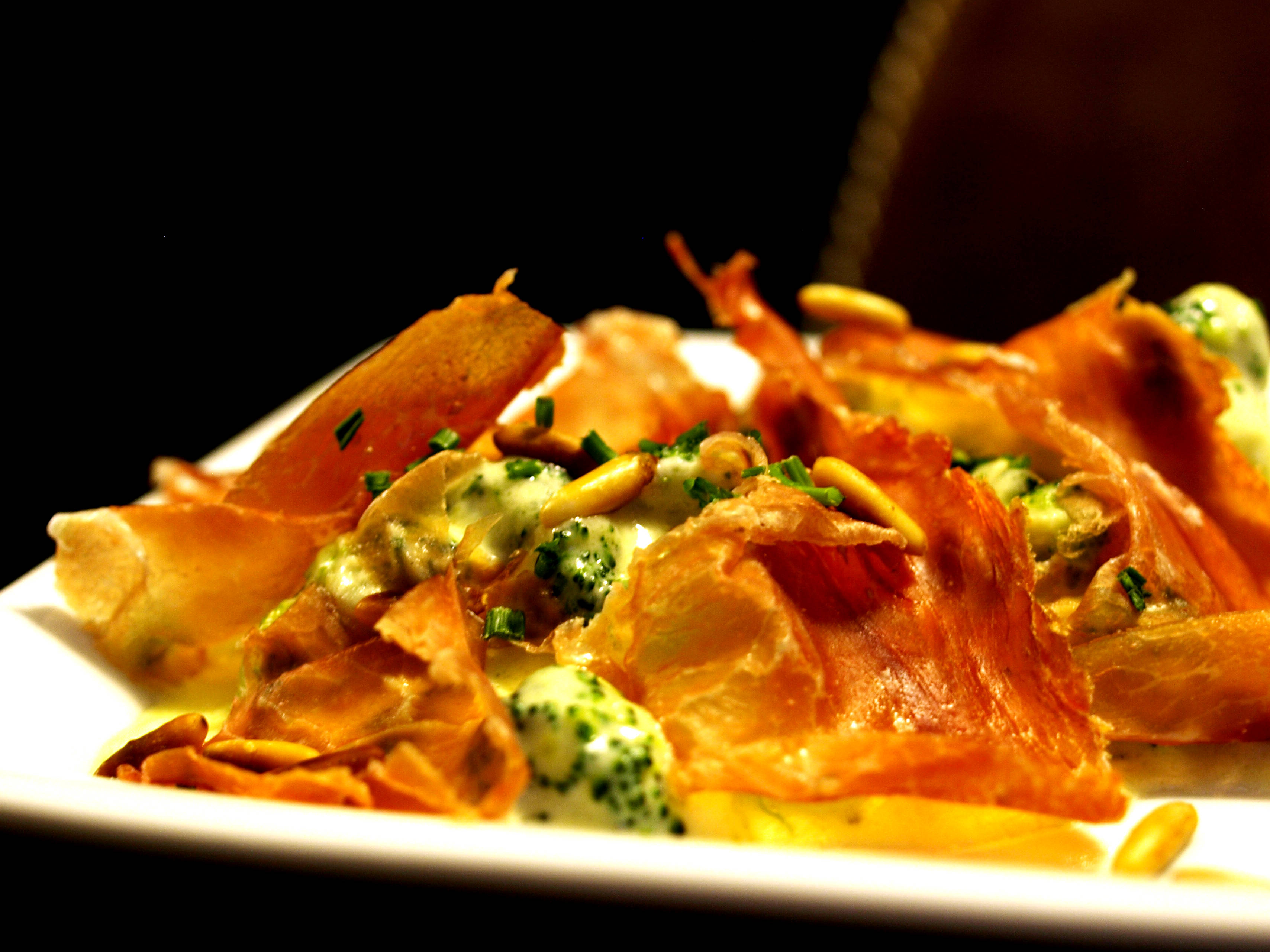 DESEO Tapas Bar - Brokkoli in cremiger Weißweinsauce mit gerösteten Pinienkernen und Serranoscheiben