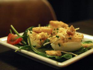 DESEO Tapas Bar - Monatstapa November: Gefüllte Eier mit Manchego, Chili und Croûtons (kalte Tapa)