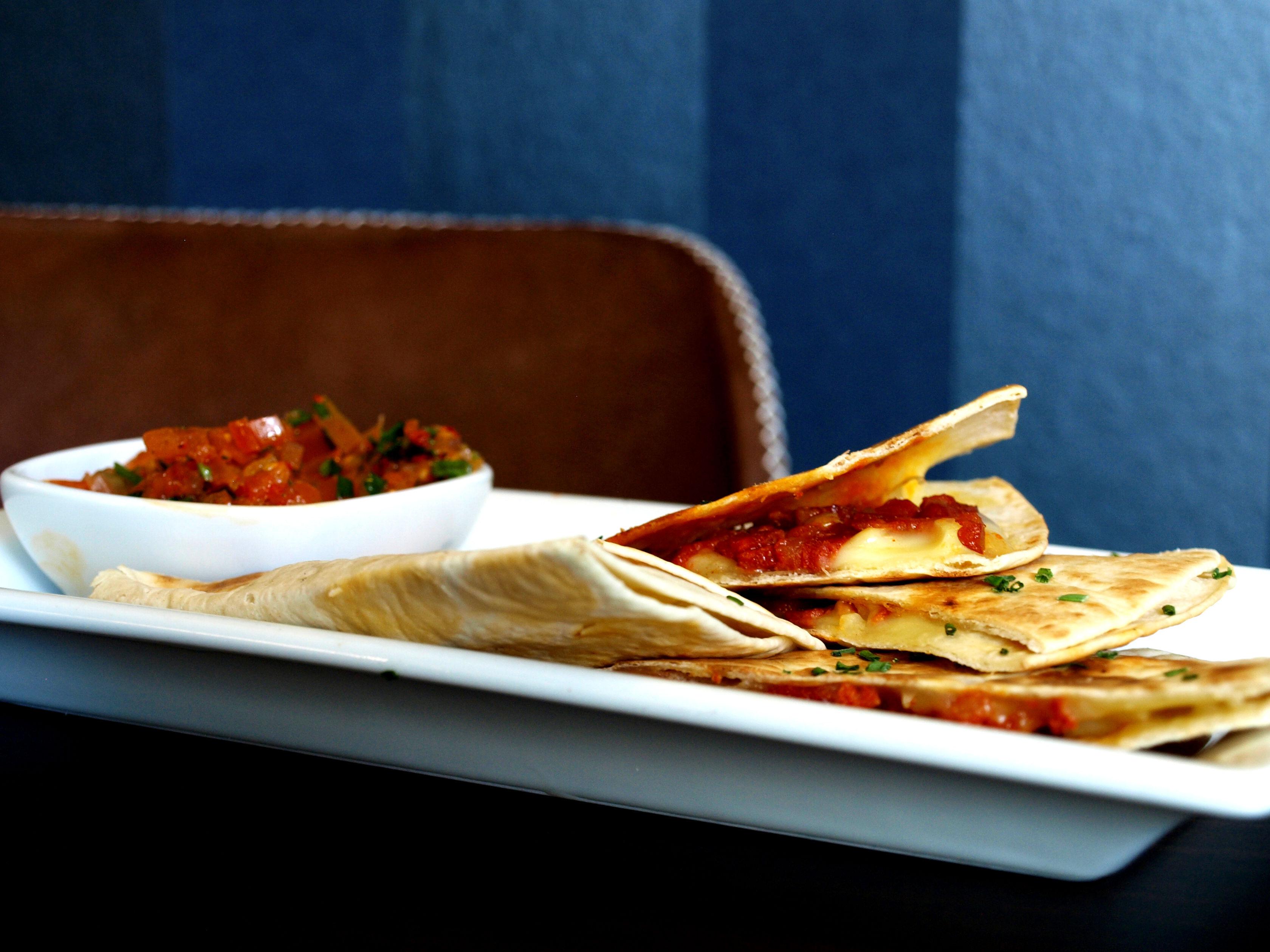 DESEO Tapas Bar - Weizenmehltortillas (Quesadillas) mit Chorizo und Käse