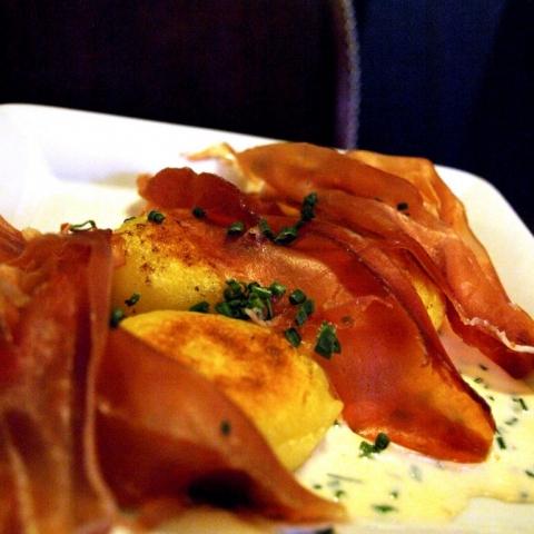 DESEO Tapas Bar - Gnocchi gefüllt mit Trüffeln auf Weißweinsauce mit Schnittlauch und Serrano-Scheiben on Top