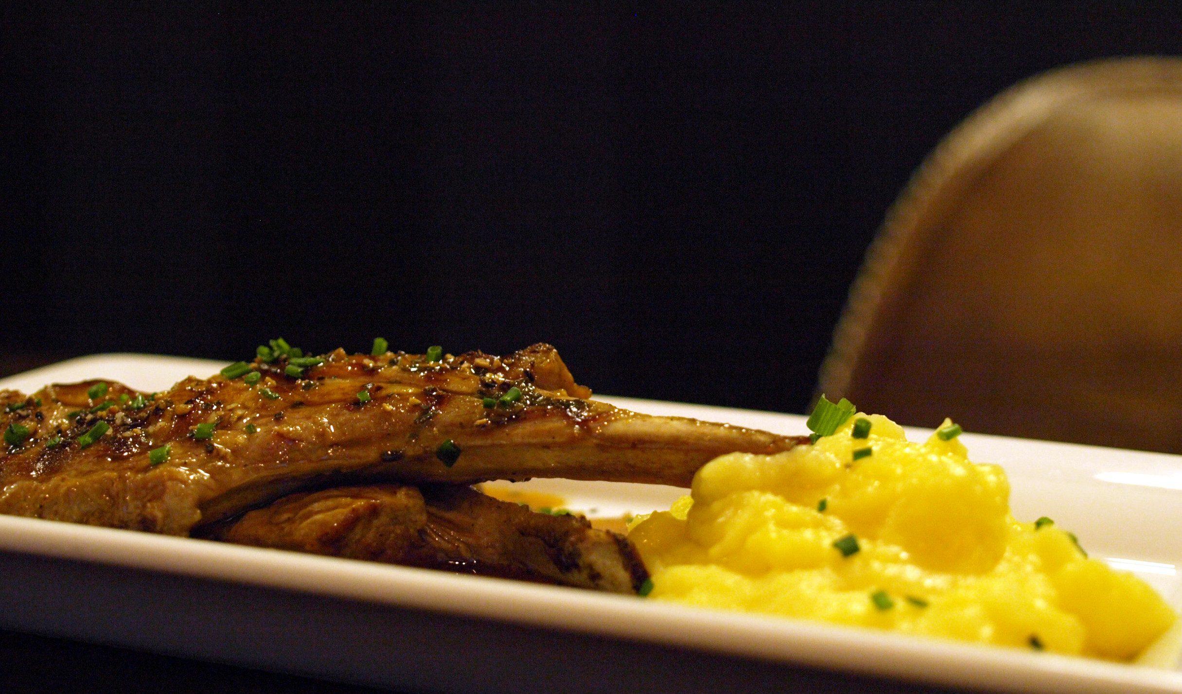 DESEO Tapas Bar - gegrilltes Lammnacken-Karree mit Kartoffelpüree und Bratensauce